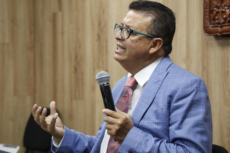 Especialista y catedrático de la Universidad de Guadalajara, doctor Andrés Valdez Zepeda; con micrófono en mano haciendo uso de la palabra.