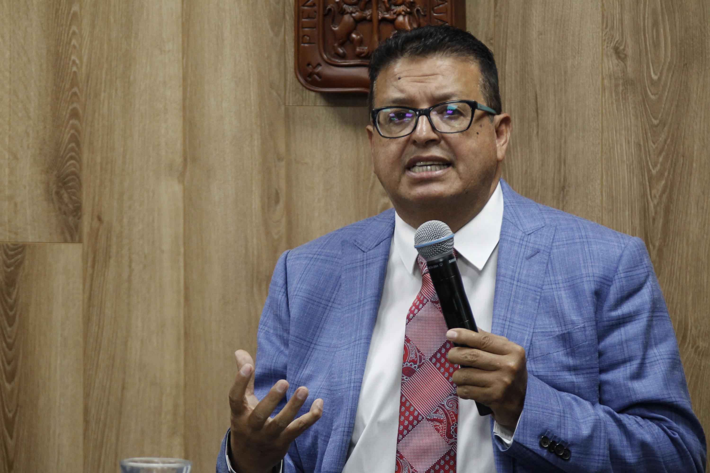 Especialista y catedrático de la Universidad de Guadalajara, doctor Andrés Valdez Zepeda; con micrófono en mano haciendo uso de la palabra, en rueda de prensa.