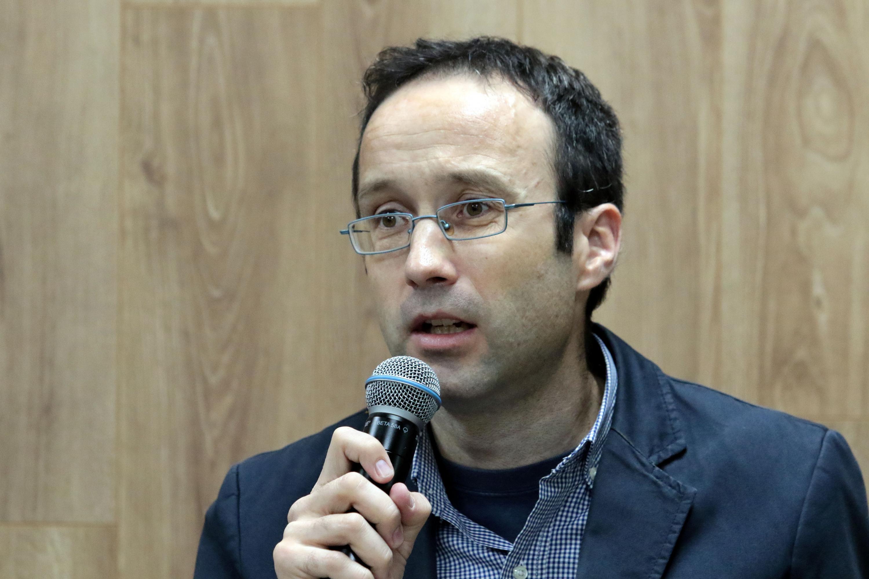 Coordinador de la maestría en Movilidad Urbana, Transporte y Territorio, doctor Fernando Calonge Reillo, hablando frente a micrófono durante rueda de prensa