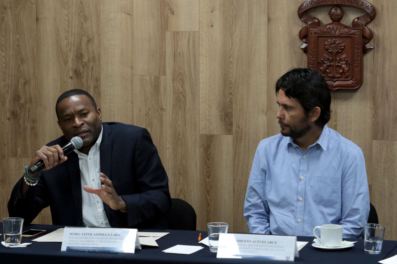 Maestro Yefer Asprilla Lara, estudiante del doctorado en Movilidad Urbana, Transporte y Territorio, del Centro Universitario de Tonalá (CUTonalá) de la UdeG, haciendo uso de la palabra durante rueda de prensa