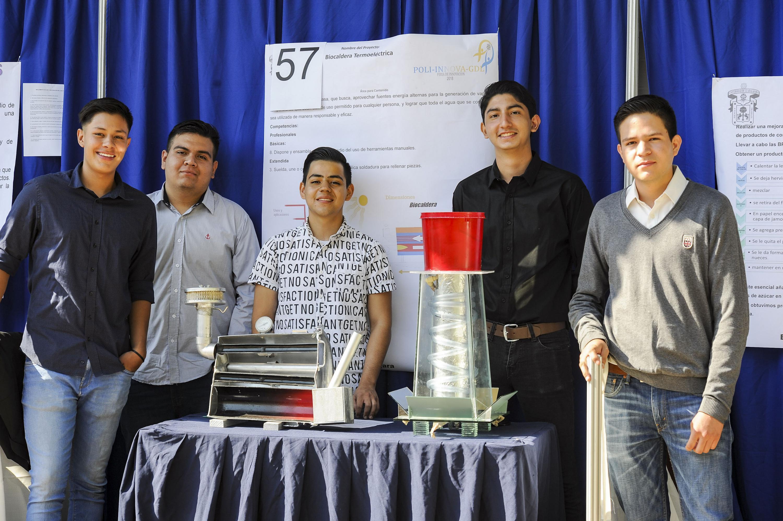 Los dinco estudiantes del politecnico con su Proyecto de Biocaldera Termoelectrica
