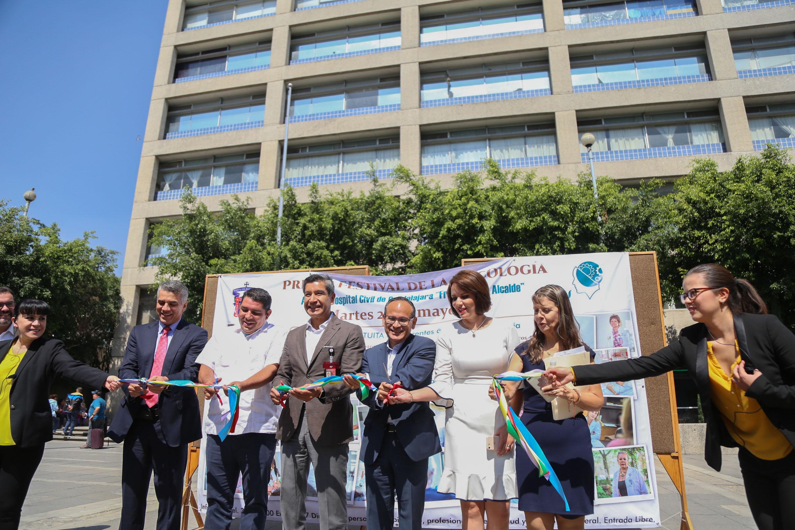 Autoridades del Antiguo Hospital Civil de Guadalajara -Fray Antonio Alcalde- cortando el listón inaugural del festival.