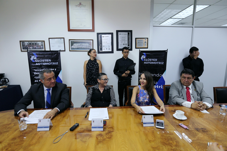 Responsables de la firma del convenio, reunidos en Sala de Gobierno del Centro Universitario de Ciencias Exactas e Ingenierías (CUCEI).