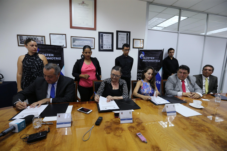 Firma del convenio de colaboración entre la Universidad de Guadalajara y la Asociación Clúster Automotriz del Estado de Jalisco.