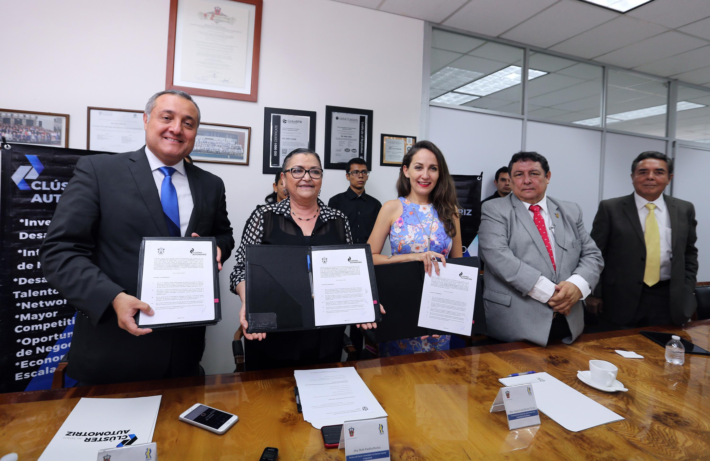 Autoridades de la Universidad de Guadalajara y de la Asociación Clúster Automotriz del Estado de Jalisco, mostrando el convenio firmado.