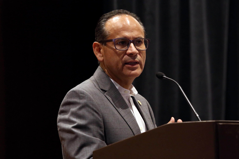 El Director General del OPD Hospital Civil de Guadalajara, doctor Héctor Raúl Pérez Gómez, haciendo uso de la palabra en el podio.