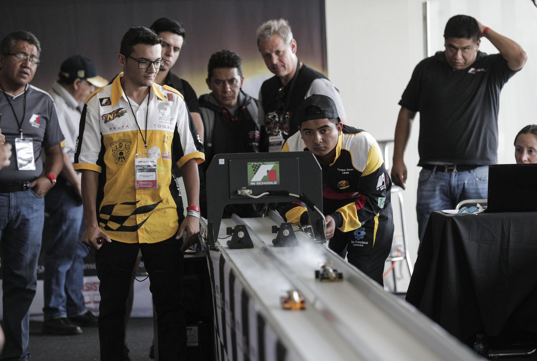 Eduardo Esparza, miembro del equipo Escudería TNT Racing, de la Preparatoria Tonalá de la UdeG, en la competencia nacional Fórmula 1 In Schools.