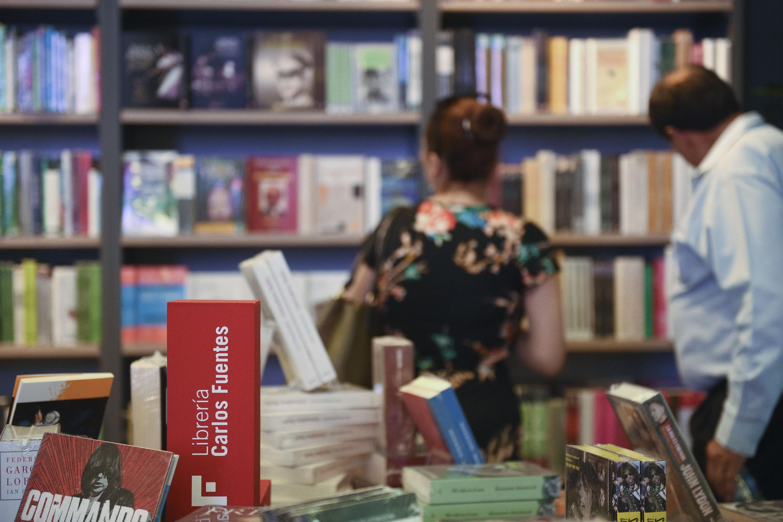 Mobiliario y libros de la Librería Carlos Fuentes, de la Universidad de Guadalajara.