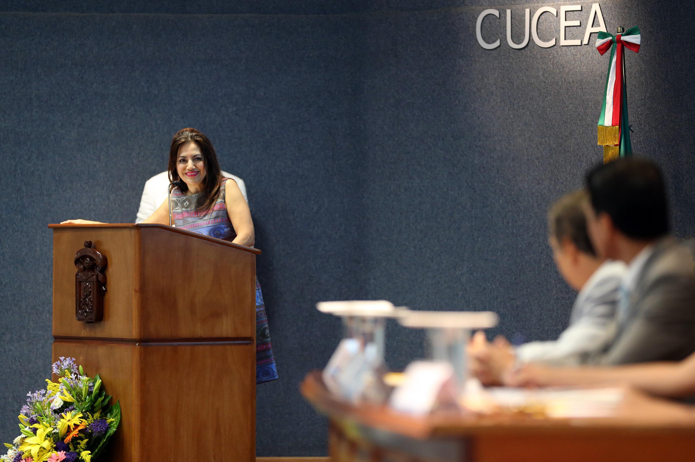 Titular de la Coordinación de Innovación Educativa y Pregrado de esta Casa de Estudio, doctora Patricia Rosas Chávez, hablando frente al micrófono