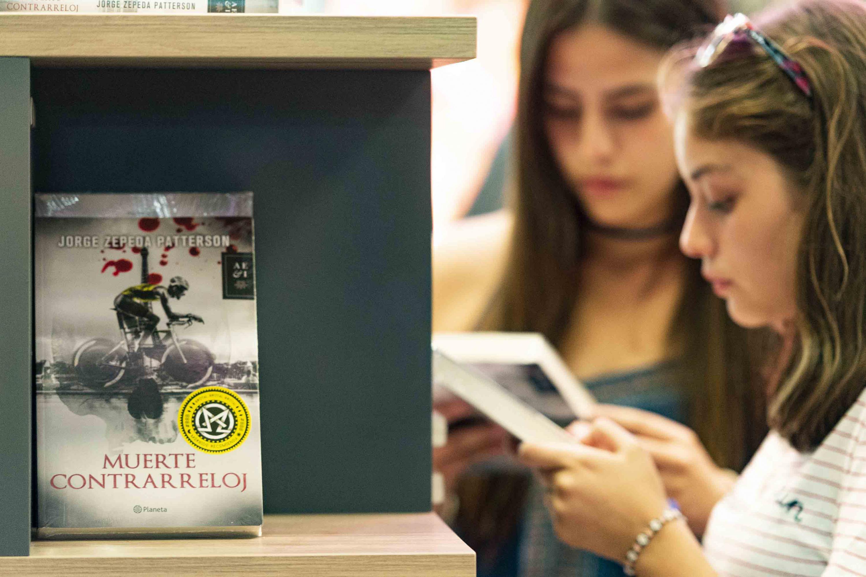 Jovenes mujeres leyendo el libro del periodista Jorge Zepeda Patterson