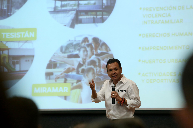 Lemus Navarro se presento en el auditorio de CUCEA frente a la comunidad del centro