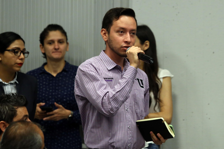 Un joven estudiante hace una pregunta a Lemus Navarro durante la presentación
