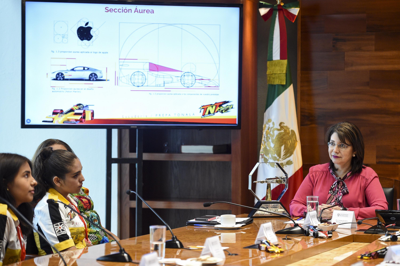 La doctora Carmen Rodríguez Armenta, Vicerrectora Ejecutiva de la Universidad de Guadalajara, acompañada del equipo de la Escudería TNT Racing by Tonaltech.