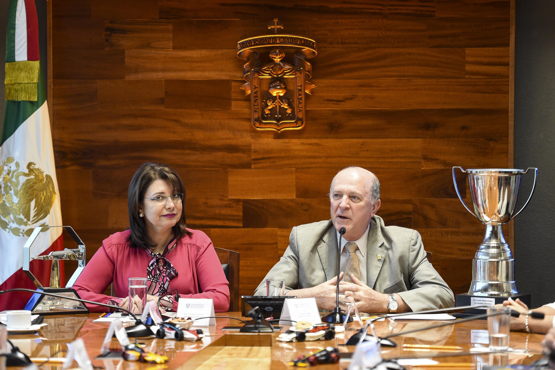El Rector de la Universidad de Guadalajara, doctor Miguel Ángel Navarro Navarro, en el edificio de Rectoría General, acompañado de la doctora Carmen Rodríguez Armenta.