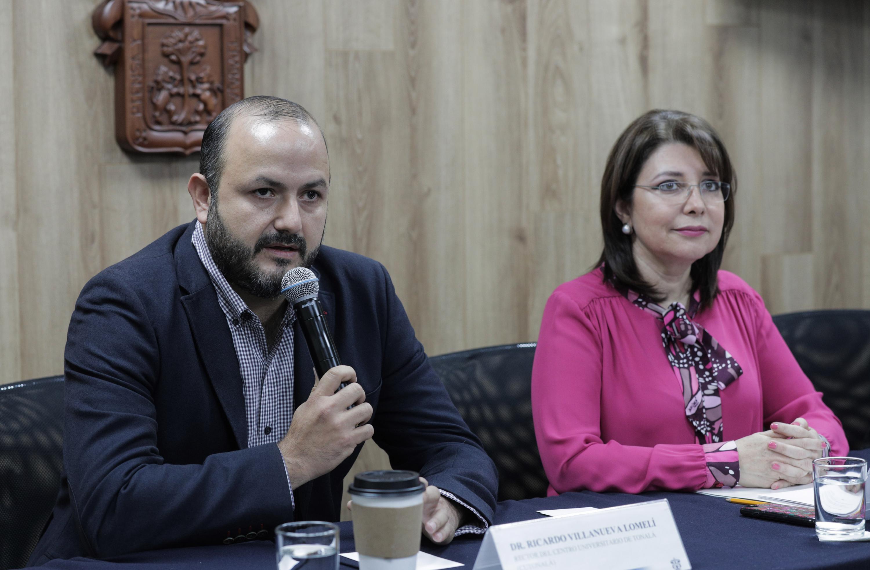 Rector del CUTonalá, doctor Ricardo Villanueva Lomelí, haciendo uso de la palabra durante rueda de prensa