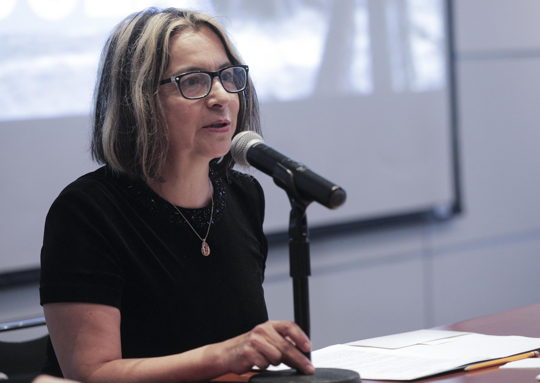 Coordinadora de Investigación del CUCEA, doctora María Teresa Prieto Quezada, hablando frente al micrófono durante el segundo Coloquio de Cuerpos Académicos 2018