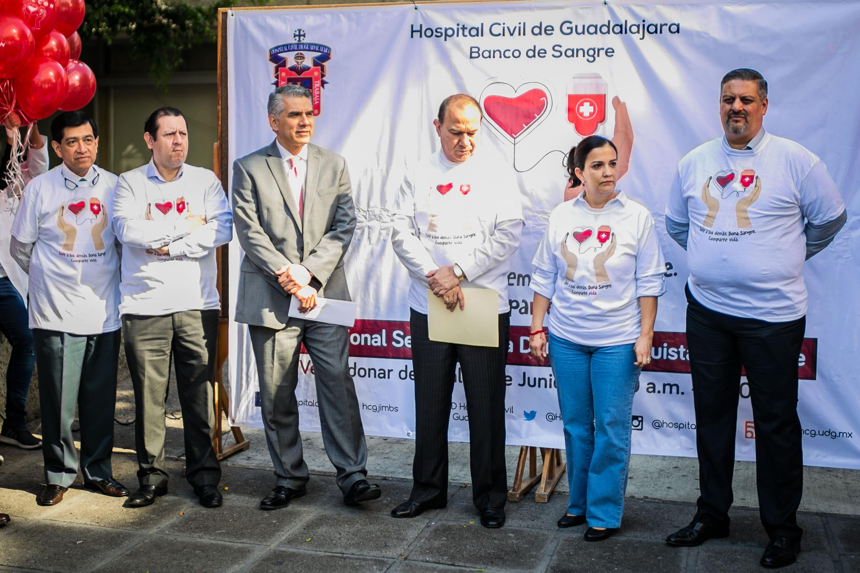 El director del Hospital Civil de Guadalajara y otras autoridades en el evento de arranque de la campaña de donacion
