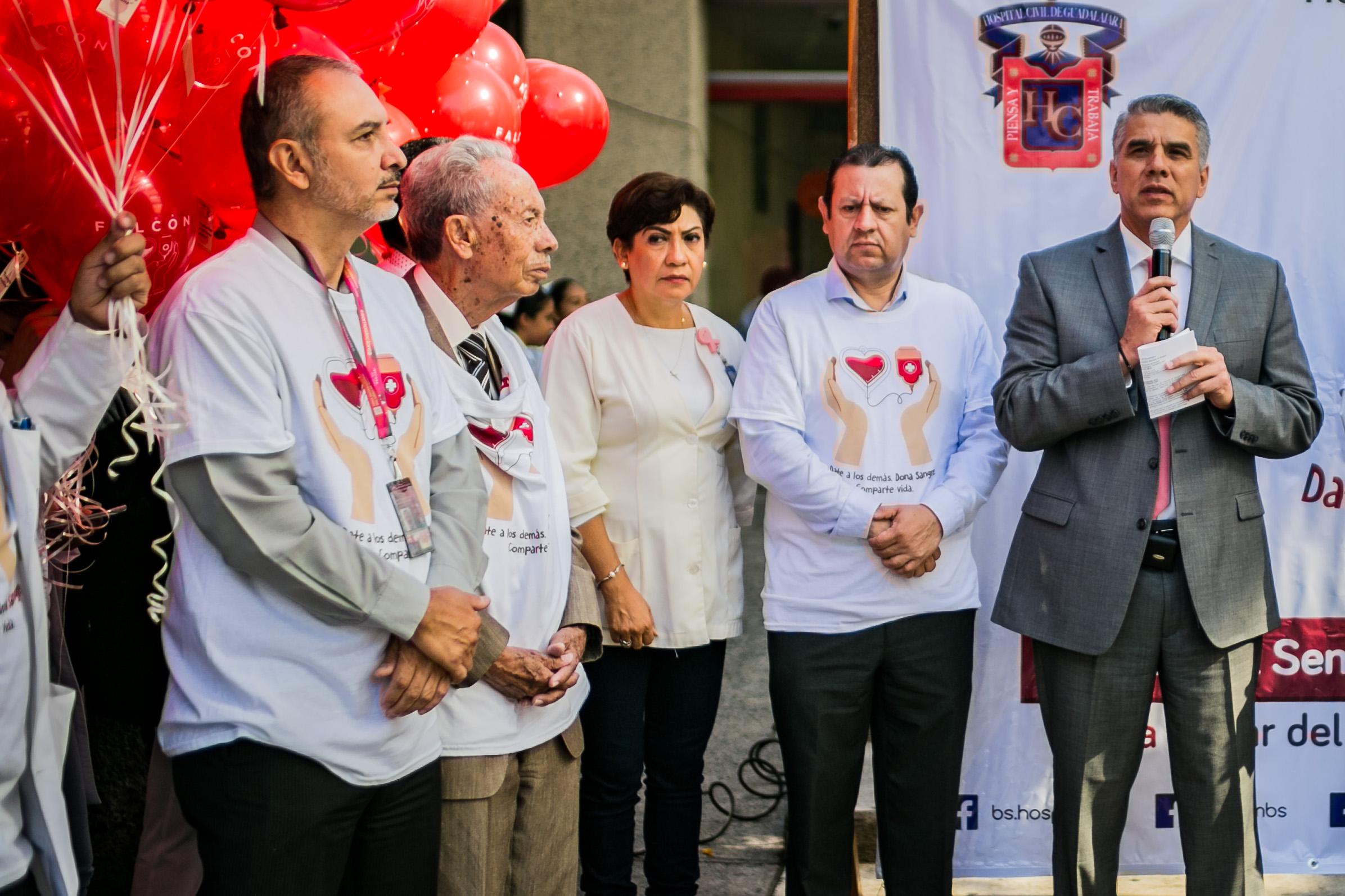 El director del Hospital Civil hablando al microfono en el arranque de la campaña