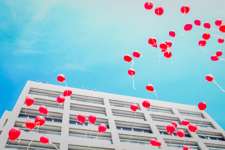Los cientos de globos rojos que fueron liberados afuera del Nuevo Hospital Civil