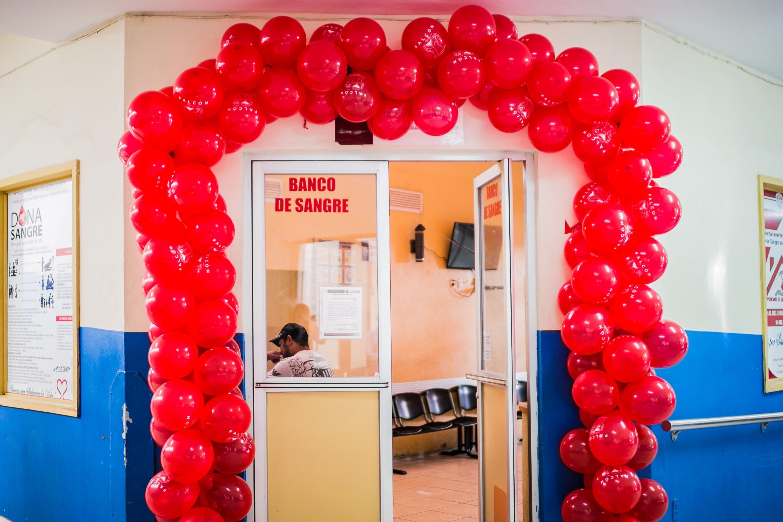 Entrada al banco de sangre del nuevo hospital civil decorada con globos rojos