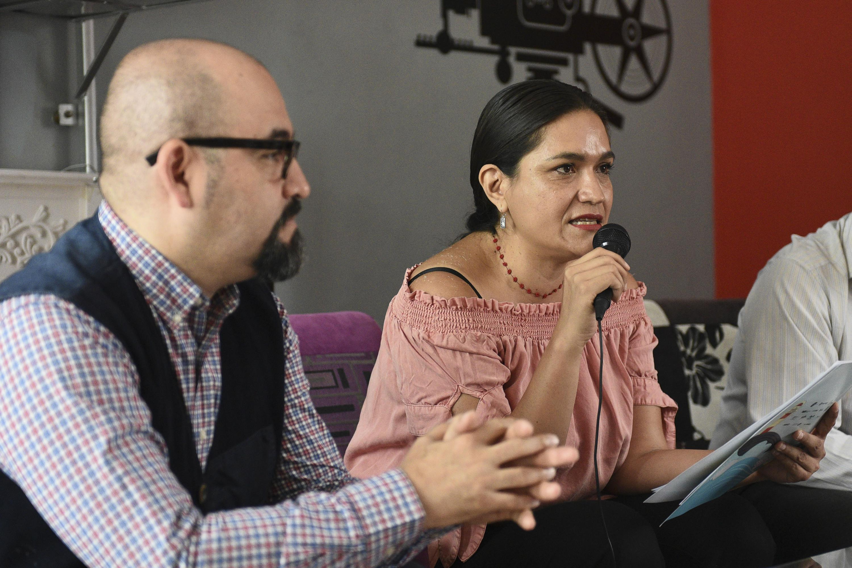 Directora del FITPA, Susana Romo, hablando frente al micrófono uso de la palabra