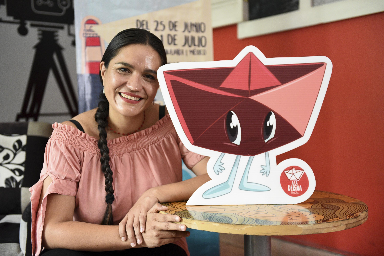 Directora del FITPA, Susana Romo, posando junto la Mascota