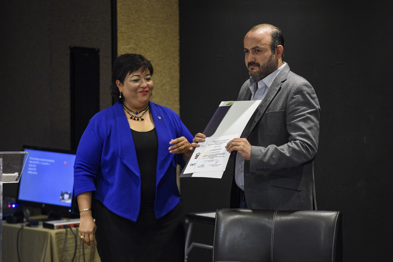 Rector del plantel, doctor Ricardo Villanueva Lomelí, mostrando su reconocimiento