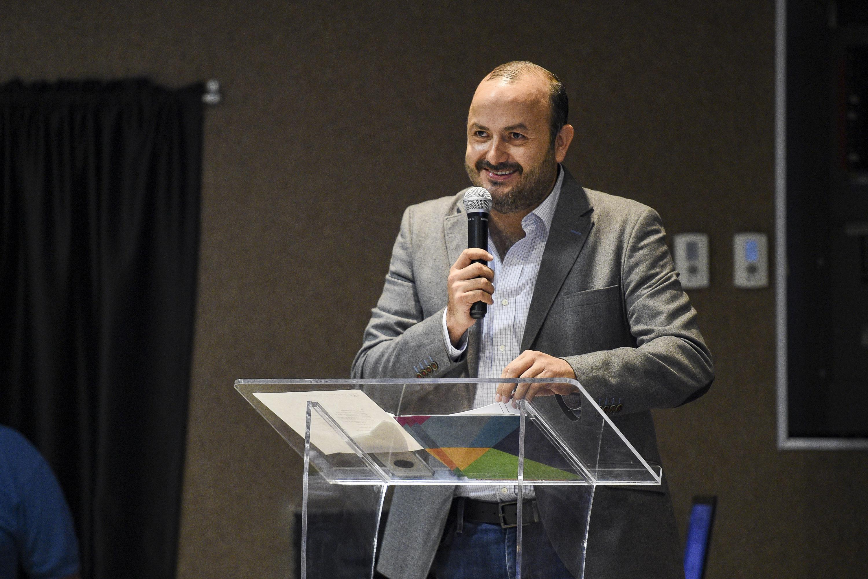 Rector del plantel, doctor Ricardo Villanueva Lomelí, haciendo uso de la palabra durante conferencia magistra