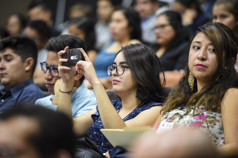 """Publico asistente a la conferencia  """"El desarrollo sustentable y transdisciplinario desde el ámbito académico: el caso del CUTonalá"""","""