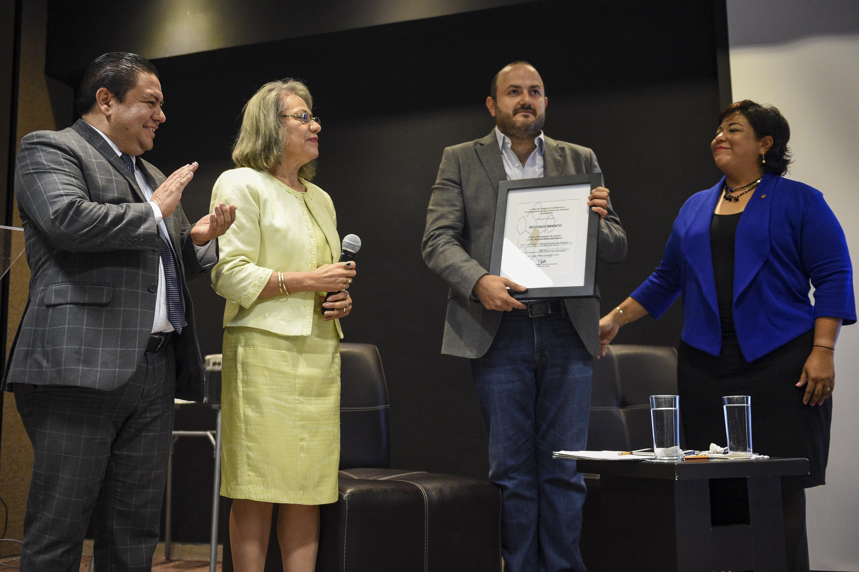 Rector del plantel, doctor Ricardo Villanueva Lomelí, recibiendo reconocimiento