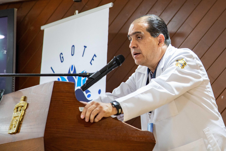 Ponente haciendo uso de la palabra durante las Pláticas informativas sobre las enfermedades de la próstata en el adulto