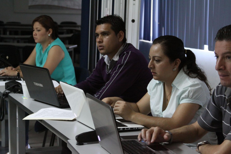 Personas trabajando con sus laptops