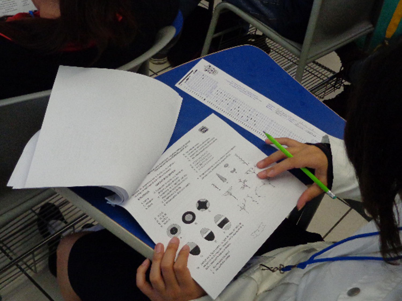 Alumna realizando examen
