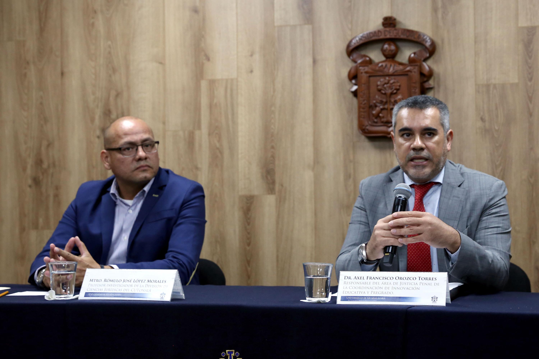 Doctor Axel Francisco Orozco Torres, responsable del Área de Justicia Penal, de la Coordinación de Innovación Educativa y Pregrado (CIEP), hablando frente al micrófono durante rueda de prensa