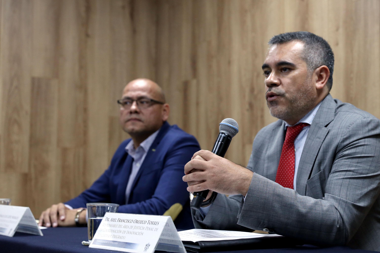 Doctor Axel Francisco Orozco Torres, responsable del Área de Justicia Penal, de la Coordinación de Innovación Educativa y Pregrado (CIEP), haciendo uso de la palabra durante rueda de prensa