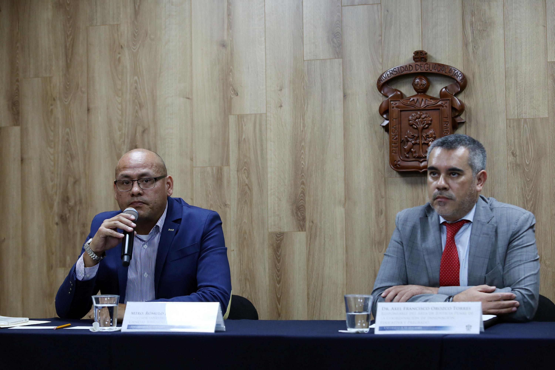Maestro Rómulo José López Morales, investigador del Centro Universitario de Tonalá (CUTonalá), hablando frente al micrófono