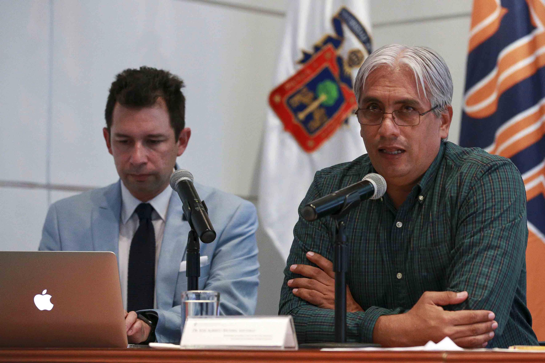 Doctor José Alberto Becerra Santiago, secretario académico del CUCEA, con micrófono en mesa del panel, haciendo uso de la palabra.