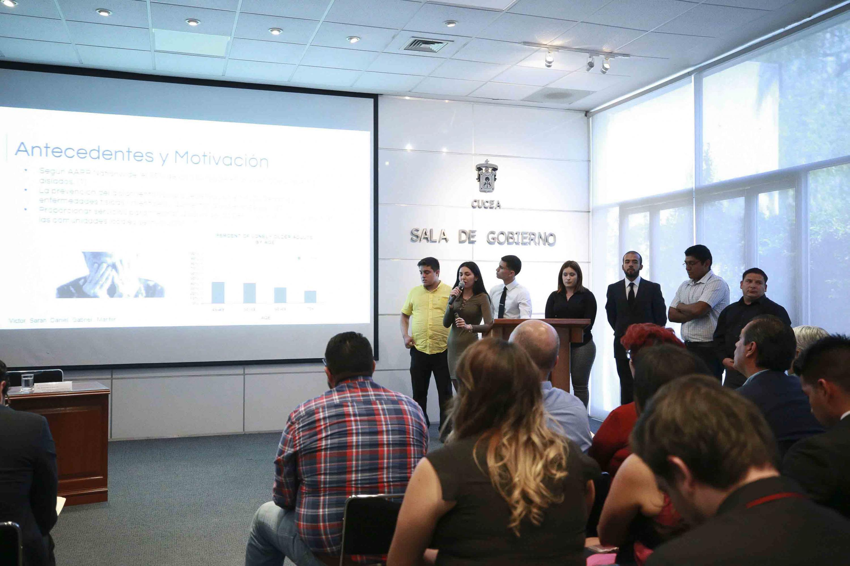 Equipo de estudiantes concursantes, exponiendo los antecedentes y motivación de su aplicación.