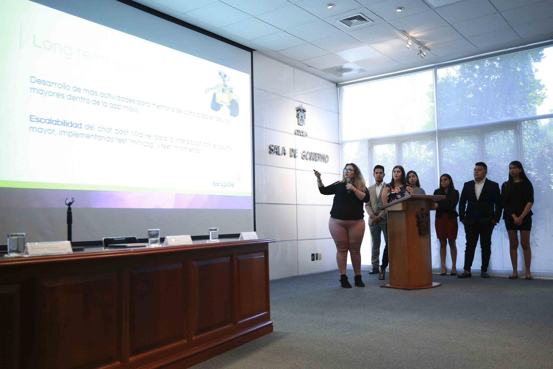 Equipo de estudiantes concursantes, exponiendo el desarrollo y funcionamiento de su aplicación.