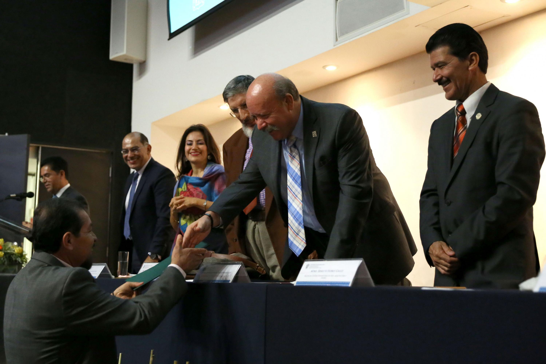 Director General del SEMS, maestro Javier Espinoza de los Monteros Cárdenas, haciendo entrega de reconocimiento