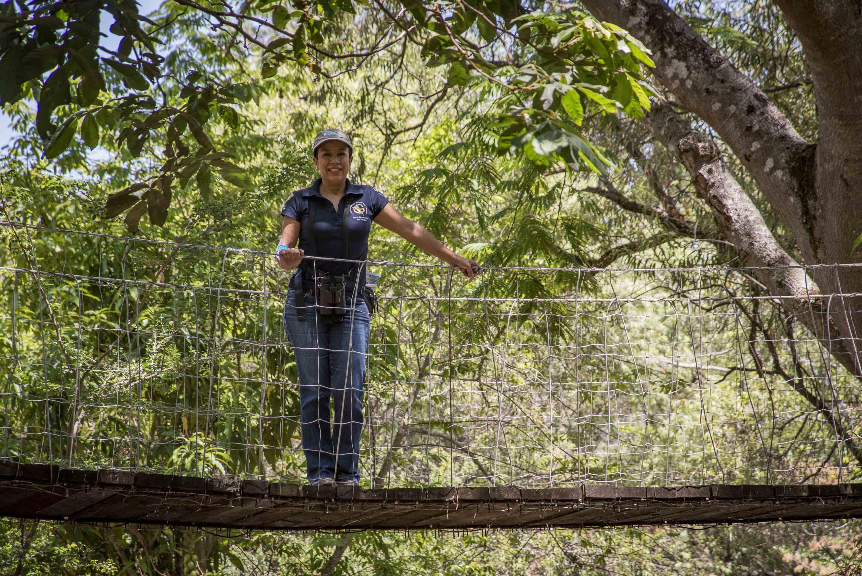 La doctora Sarahy Contreras Martínez, experta en colibríes, sobre el puente del Charco de las truchas.
