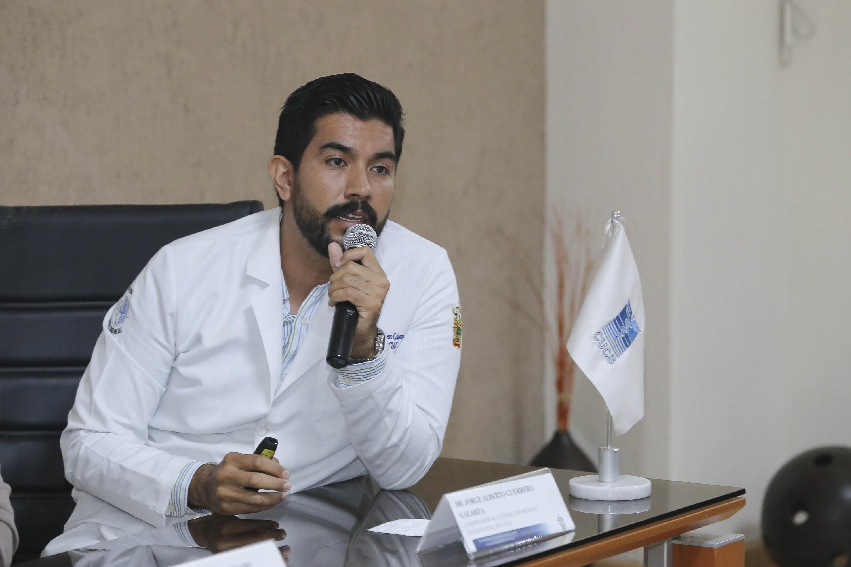 Doctor Jorge Alberto Guerrero Galarza, responsable de la clínica de Prótesis Maxilofacial, del Centro Universitario de Ciencias de la Salud; con micrófono en mano haicendo uso de la palabra.
