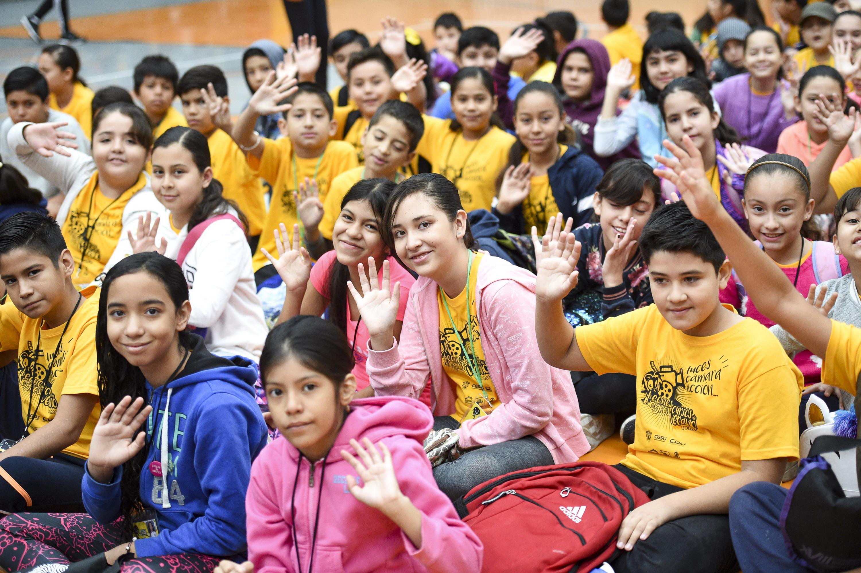 Niños saludando a la cámara.