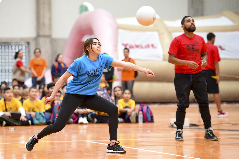 Jóvenes jugando voleibol.