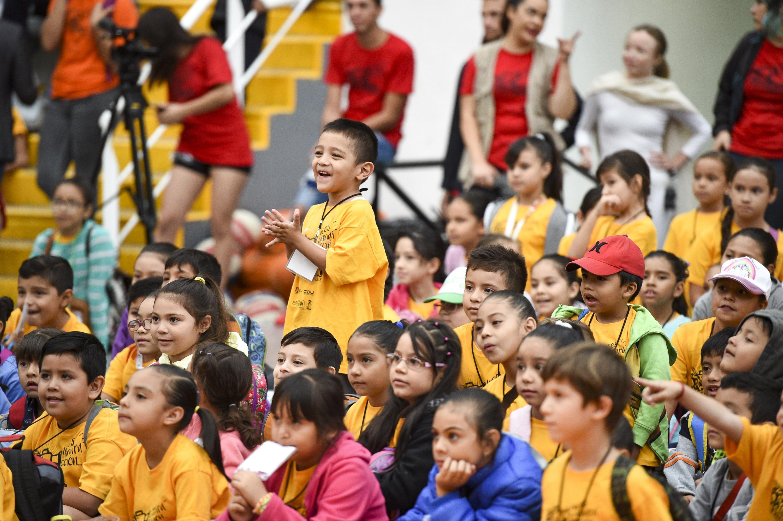 Niños observando las presentaciones.