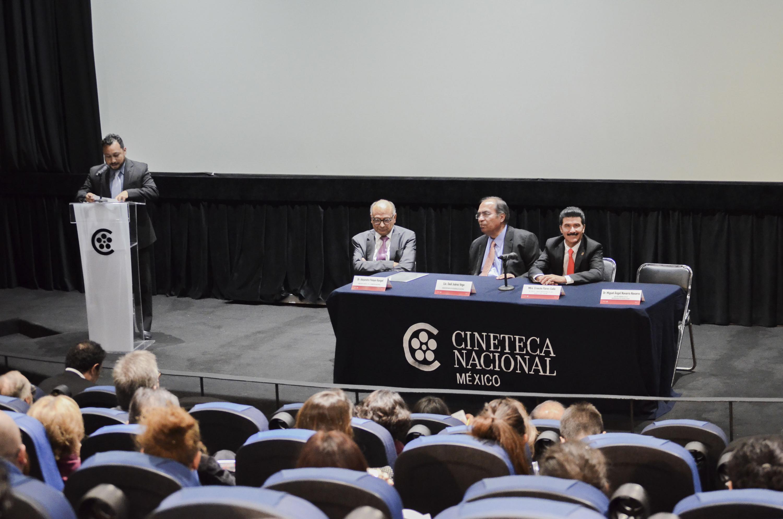 Ponente haciendo uso de la palabra durante la ceremonia de presentación de la Maestría en Estudios Cinematográficos