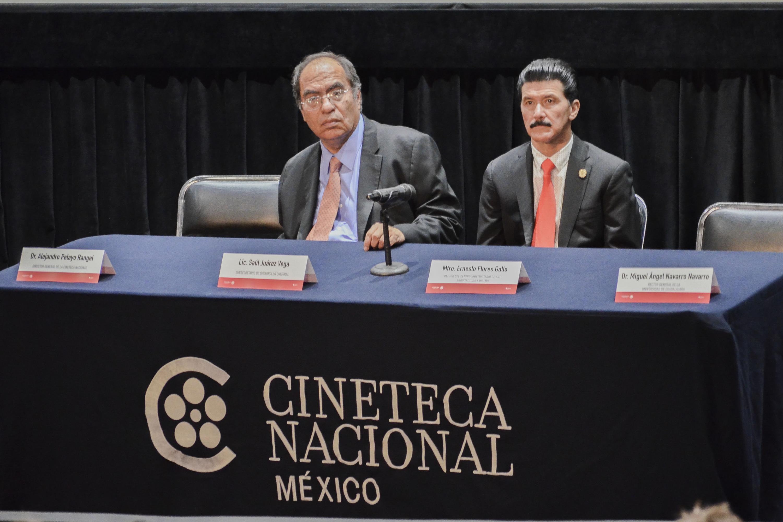 Maestro Ernesto Flores Gallo, Rector del CUAAD y el licenciado Saul Juarez Vega, participando en la ceremonia de presentación de la Maestría en Estudios Cinematográficos