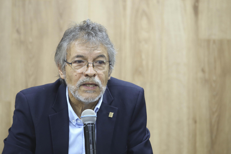 Académico del Instituto de Neurociencias (Ineuro) del CUCBA, doctor Héctor Martínez Sánchez, haciendo uso de la palabra durante rueda de prensa