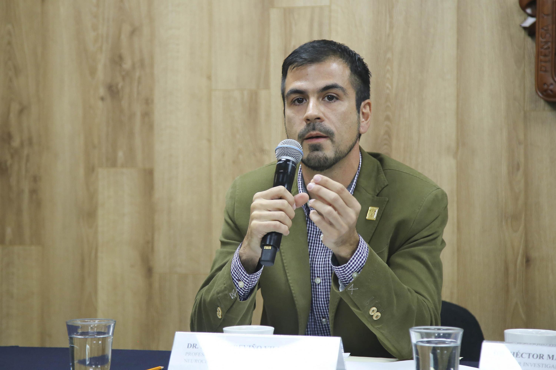 Investigador del instituto, doctor Mario Treviño Villegas, haciendo uso de la palabra durante rueda de prensa