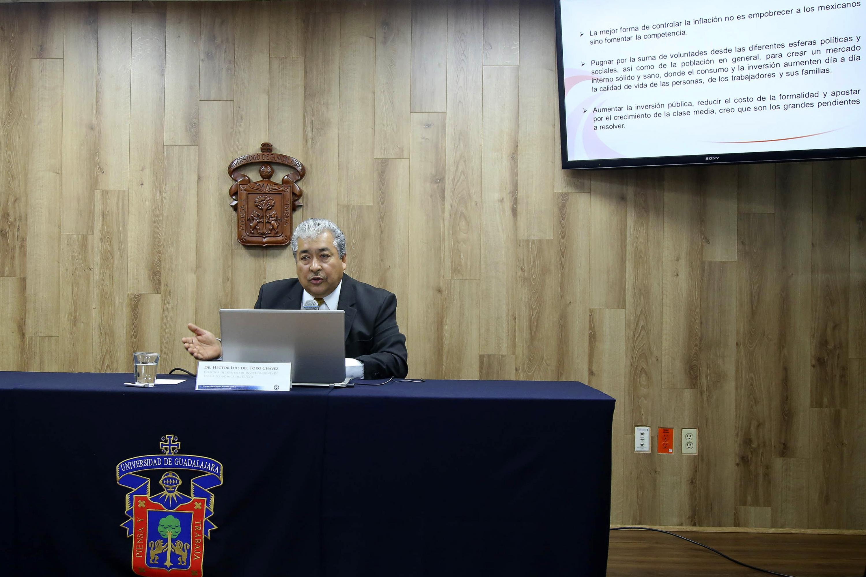 El especialista en temas economicos mostró estadisticas y datos que forman parte de su investigación